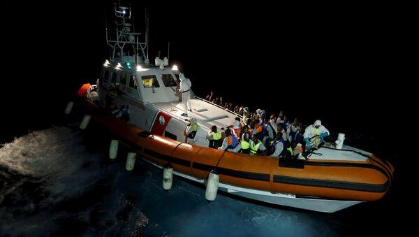 Migrantes en el mar Mediterráneo entre Libia y la isla italiana de Lampedusa - Sputnik Mundo