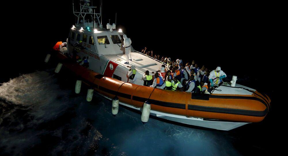 Migrantes en el mar Mediterráneo entre Libia y la isla italiana de Lampedusa
