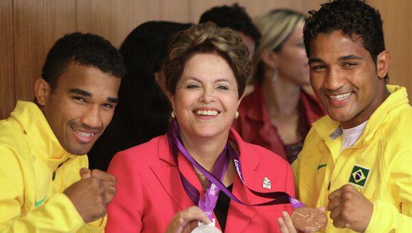 La presidenta de Brasil, Dilma Rousseff, y los boxeadores de Brasil, los hermanos Esquiva Falcao Florentino (izda.) y Yamaguchi Falcao Florentino - Sputnik Mundo