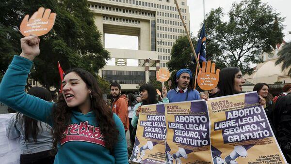 La manifestación en apoyo al proyecto de la ley del gobierno chileno que busca legalizar el aborto - Sputnik Mundo