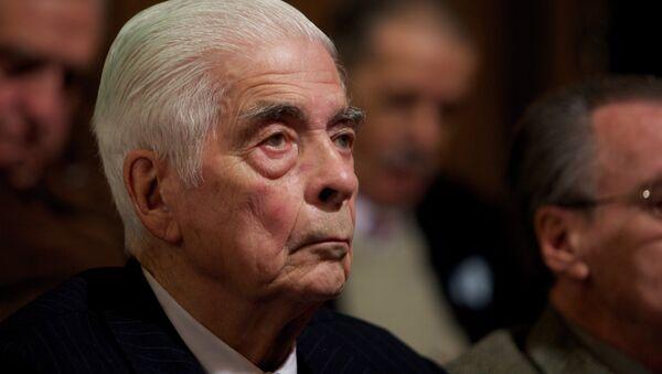 El general Luciano Benjamín Menéndez asiste al juicio en su contra en Córdoba - Sputnik Mundo