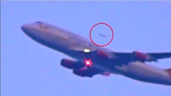 Un UFO adelanta a un avión - Sputnik Mundo