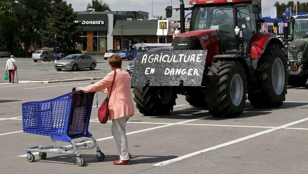 Agricultores belgas bloquean con sus tractores la entrada a un supermercado durante una protesta en Bruselas, el 31 de julio, 2015 - Sputnik Mundo