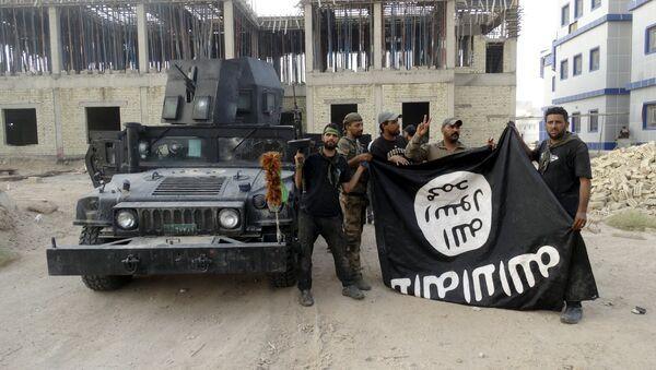 Fuerzas de Seguridad de Irak con la bandera del Estado Islámico en la provincia de Anbar, el 26 de julio, 2015 - Sputnik Mundo