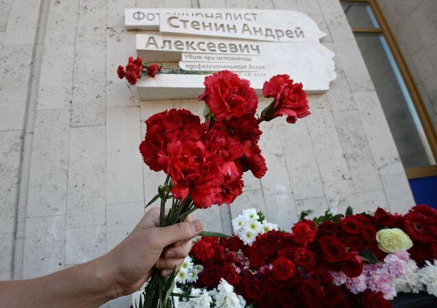 Flores en la placa conmemorativa en honor al periodista Andréi Stenin