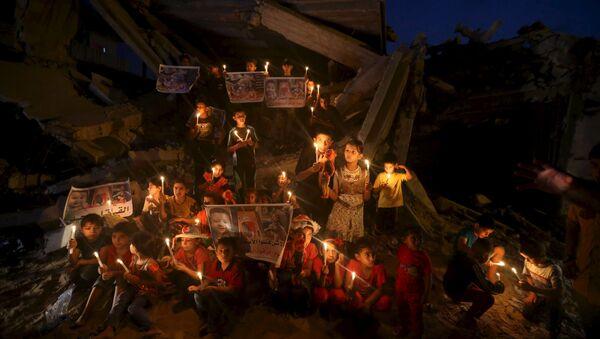 Niños palestinos encienden las velas para recordar un bebé que fue matado por los colonos judíos - Sputnik Mundo
