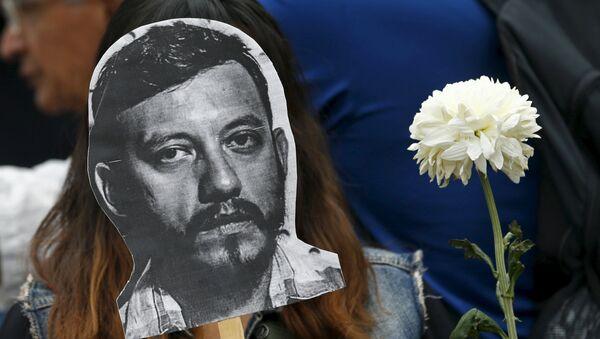La imagen del fotoperiodista Rubén Espinosa en una protesta contra su asesinato en el monumento Ángel de la Independencia en la Ciudad de México - Sputnik Mundo