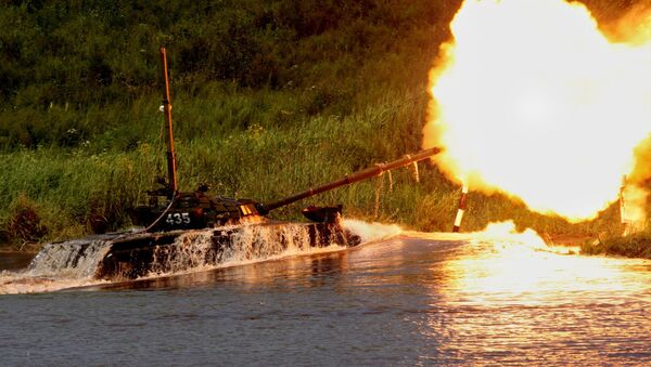 Vehículos blindados aprenden a cruzar obstáculos fluviales - Sputnik Mundo