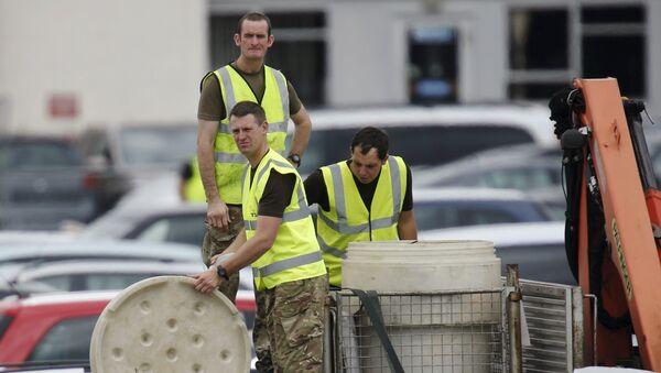 Militares en el lugar del accidente del avión que transportaba a los familiares de Bin Laden - Sputnik Mundo