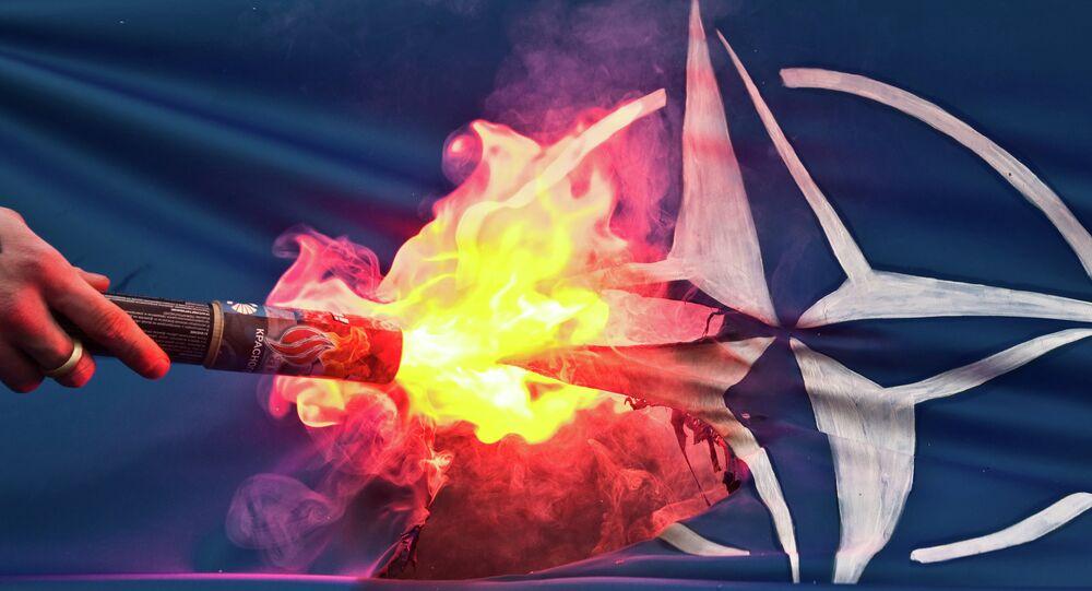La bandera de la OTAN encendida