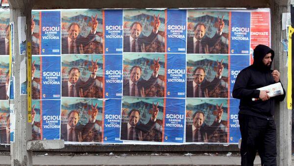 Pósteres promocionan el candidato presidencial Daniel Scioli en La Matanza, Argentina, el 29 de julio, 2015 - Sputnik Mundo