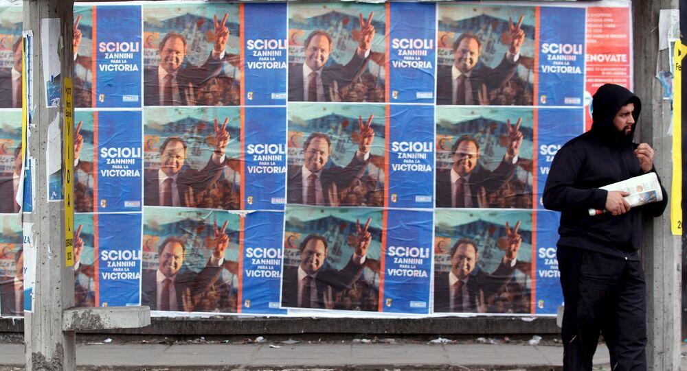 Pósteres promocionan el candidato presidencial Daniel Scioli en La Matanza, Argentina, el 29 de julio, 2015