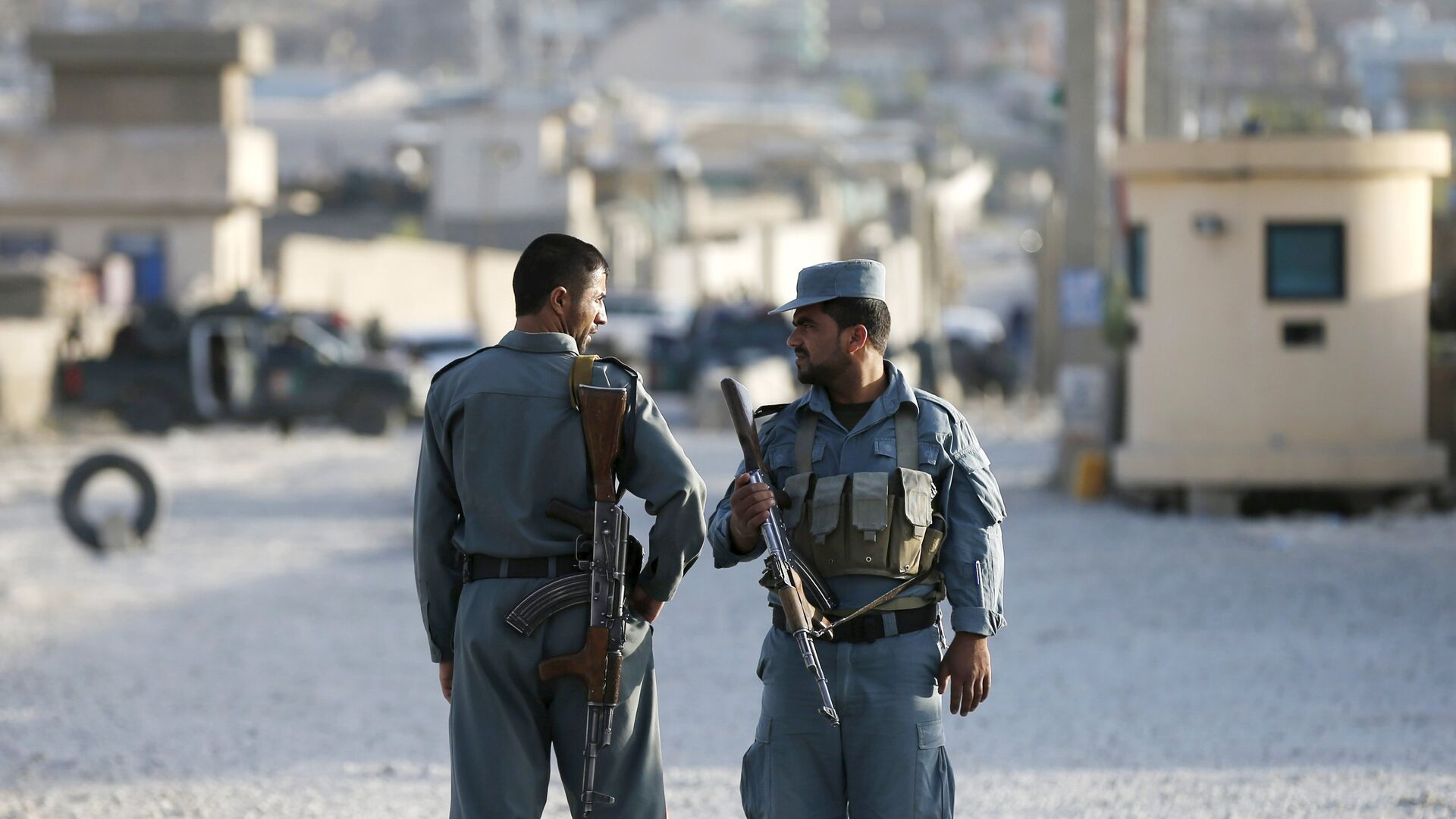 Afghan policemen keep watch at the site of an attack after an overnight battle outside a base in Kabul, Afghanistan August 8, 2015.  - Sputnik Mundo, 1920, 20.05.2021