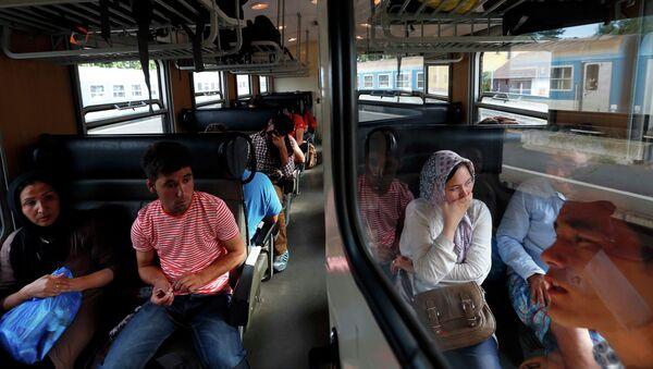 Refugiados en un tren en Hungría, el 30 de julio, 2015 - Sputnik Mundo