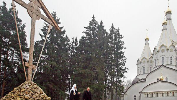 La cruz de madera y la iglesia de los Nuevos Mártires en Bútovo (Archivo) - Sputnik Mundo