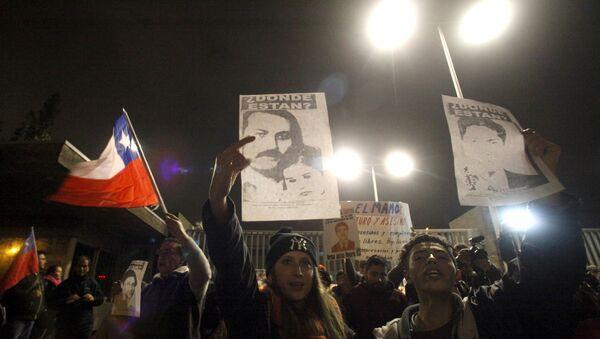 Manifestantes en las afueras del Hospital Militar de La Reina. donde murió Manuel Contreras. 8 de agosto de 2015 - Sputnik Mundo