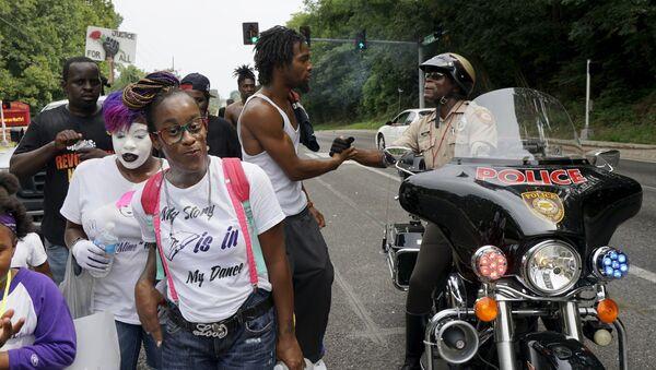 La policía de Ferguson no descansará durante el aniversario de la muerte de Michael Brown - Sputnik Mundo