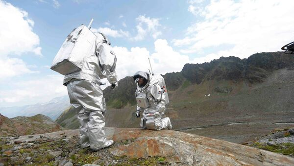 Inigo Munoz Elorza of Spain and Stefan Dobrovolny of Austria (R) take stone samples during a simulated Mars mission on Tyrolean glaciers in Kaunertal, Austria, August 7, 2015. - Sputnik Mundo