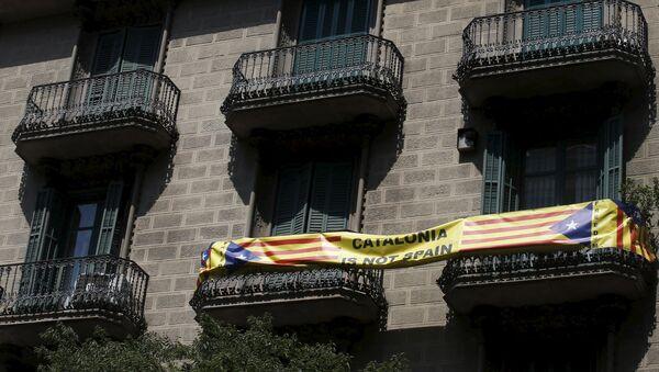 Póster con la bandera independentista de Cataluña en Barcelona, España. La frase en el póster dice «Cataluña no es España» - Sputnik Mundo