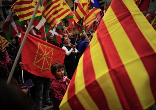 Partidarios de independencia de Cataluña y País Vasco protestan con las banderas de sus regiones (archivo)