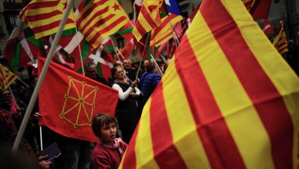 Partidarios de independencia de Cataluña y País Vasco protestan con las banderas de sus regiones - Sputnik Mundo