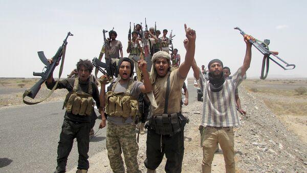 Combatientes yemeníes leales al expresidente Abdo Rabu Mansur Hadi en la provincia de Lahij, el 4 de agosto, 2015 - Sputnik Mundo