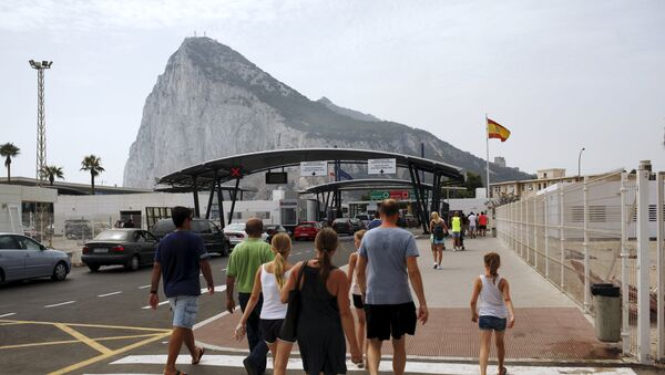 Tourists walk to enter the British colony of Gibraltar at its border with Spain, in La Linea de la Concepcion, southern Spain - Sputnik Mundo