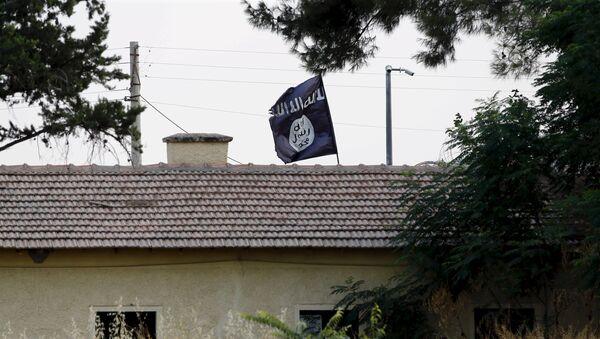 Bandera del Estado Islámico sobre la administración aduanera de la frontera turco-siria en Yarabulus, el 1 de agosto, 2015 - Sputnik Mundo