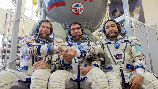 Cosmonautas Andreas Mogensen (Dinamarca), Serguéi Vólkov (Rusia) y Aydyn Aimbetov (Kazajistán) - Sputnik Mundo