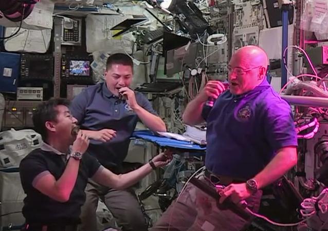 Astronautas de la EEI prueban la primera lechuga cultivada en espacio