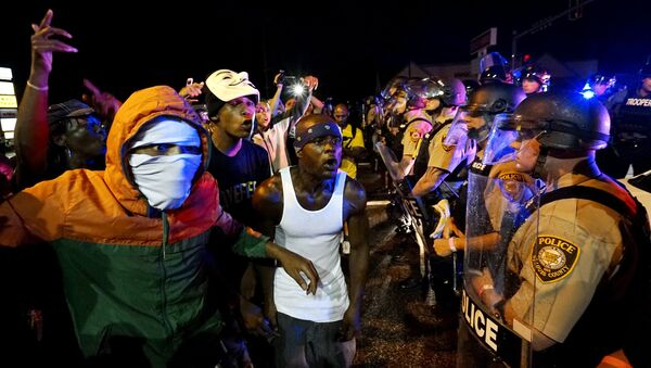 En Ferguson declaran estado de emergencia tras el aniversario de la muerte de Brown - Sputnik Mundo