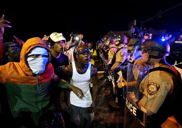 En Ferguson declaran estado de emergencia tras el aniversario de la muerte de Brown