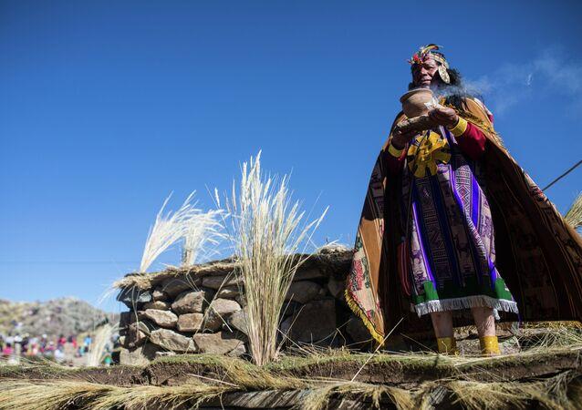 Indígena vestido como rey inca
