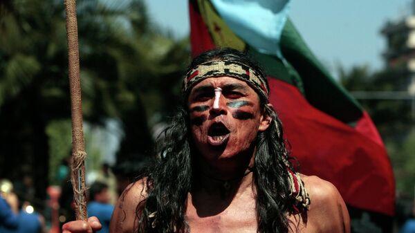 Mapuche participa en la marcha en apoyo de las demandas territoriales de los pueblos indígenas en Santiago, Chile - Sputnik Mundo