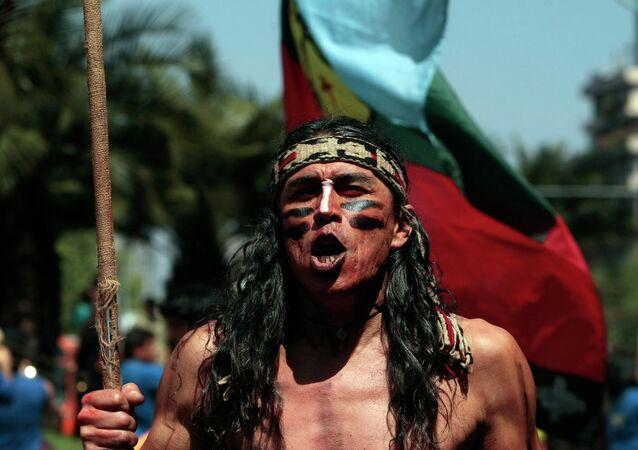 Mapuche participa en la marcha en apoyo de las demandas territoriales de los pueblos indígenas en Santiago, Chile (archivo)