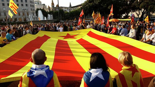 Supporters of an independant state of Catalonia and Republicans display a huge Catalan flag. File photo - Sputnik Mundo