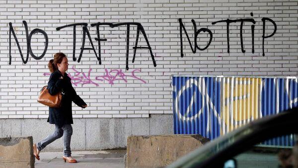 Grafitis en contra del TTIP en Bruselas, Bélgica - Sputnik Mundo