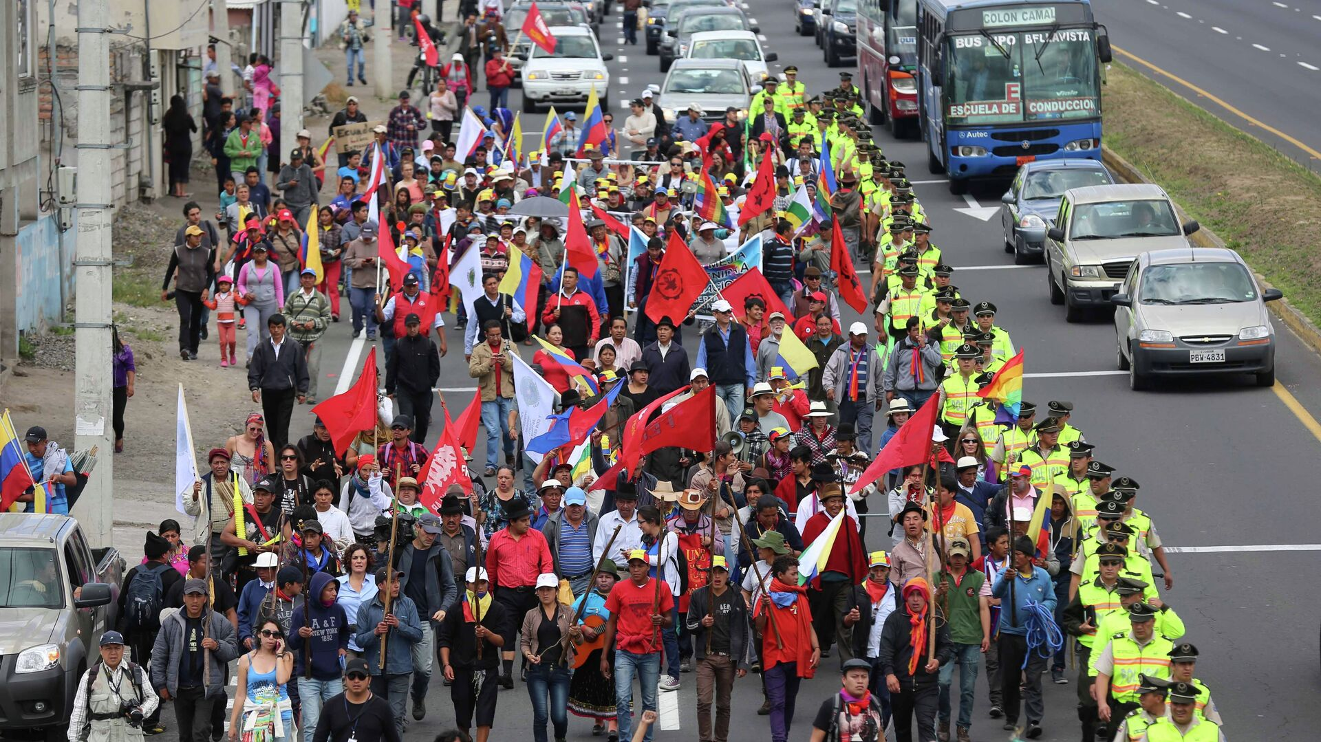 Indigenous anti-government protesters march to the capital from Machachi, Ecuador, Tuesday, Aug. 11, 2015. The group is going to Quito to join anti-government protesters who have organized a national strike starting Thursday.  - Sputnik Mundo, 1920, 10.09.2021