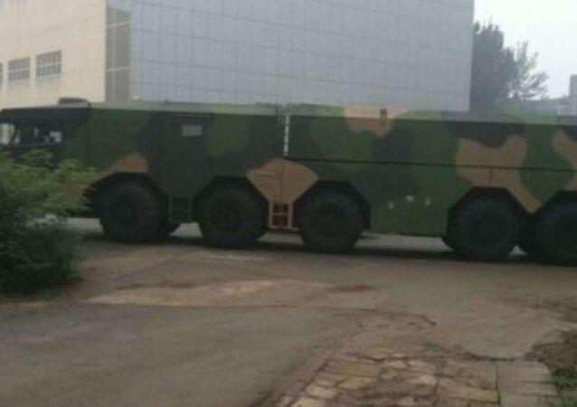 Enorme vehículo chino para lanzamiento de misil sorprende a los automovilistas