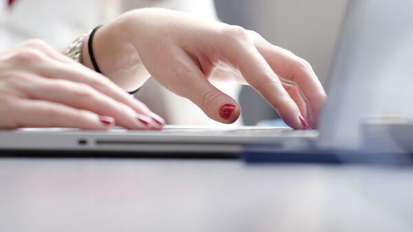 Una mujer trabajando con el ordenador (imagen referencial) - Sputnik Mundo