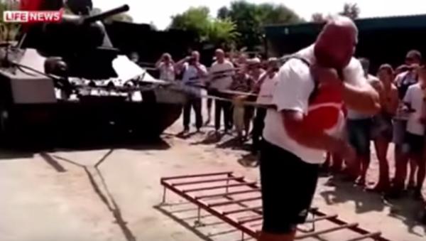 Un siberiano logra mover un carro de combate seis metros - Sputnik Mundo