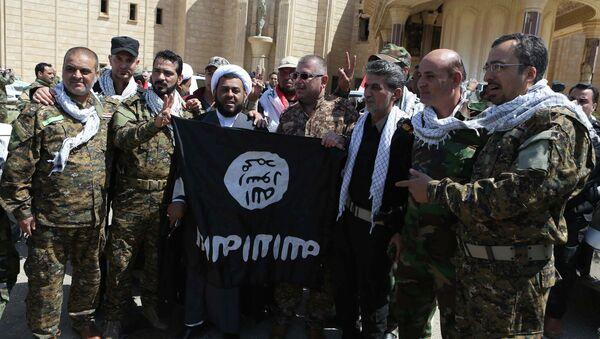Fuerzas de Movilización Popular de Irak con la bandera del EI en Tikrit - Sputnik Mundo