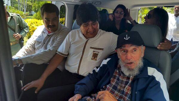 Cuba's former President Fidel Castro (R), Bolivia's President Evo Morales and Venezuela's President Nicolas Maduro sit together in a van in Havana, Cuba, August 13, 2015 - Sputnik Mundo