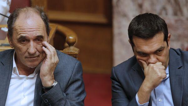 Giorgos Stathakis, ministro de Economía de Grecia, y Alexis Tsipras, primer ministro de Grecia, durante la sesión parlamentaria en Atenas, el 14 de agosto, 2015 - Sputnik Mundo