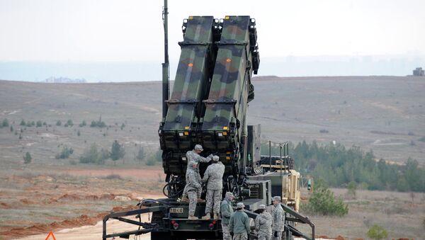 Soldados estadounidenses cerca del sistema antimisiles Patriot - Sputnik Mundo