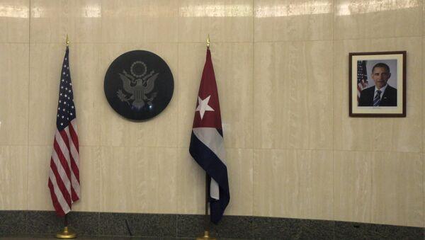 Banderas de EEUU y Cuba en la embajada de EEUU en La Habana - Sputnik Mundo