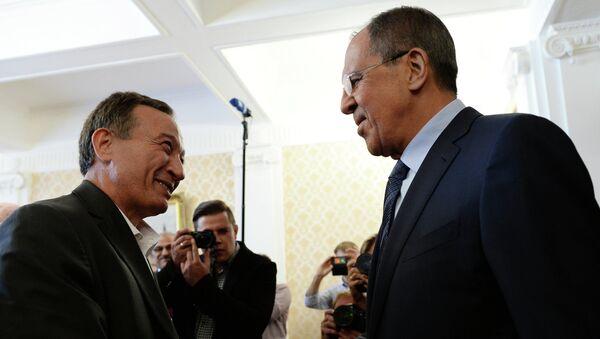 Ministro de Exteriores de Rusia, Serguéi Lavrov (dcha.) durante el encuentro con Haytham Manna - Sputnik Mundo