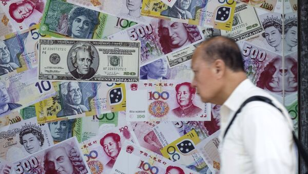 A man walks past an advertisement promoting China's renminbi (RMB) or yuan, U.S. dollar and Euro exchange services at foreign exchange store in Hong Kong, China, August 13, 2015 - Sputnik Mundo