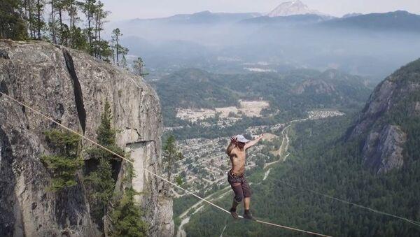 Caminata sobre un precipicio de 290 metros - Sputnik Mundo