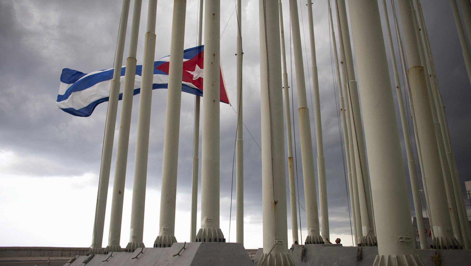 A man lowers the Cuban flag in Havana, August 15, 2015 - Sputnik Mundo, 1920, 09.02.2021